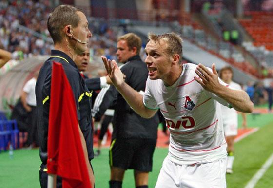 Денис Глушаков удивляется тупости бокового судьи