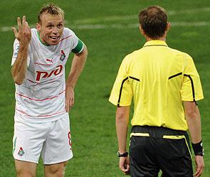 Денис Глушаков на правах капитана объясняет рефери как судить матч