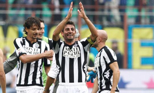 Футболисты Сиены празднуют гол в ворота Интера