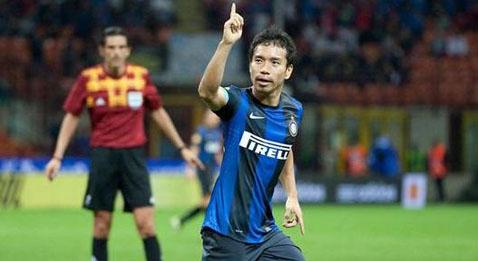 Юто Нагатомо празднует гол в ворота Рубина