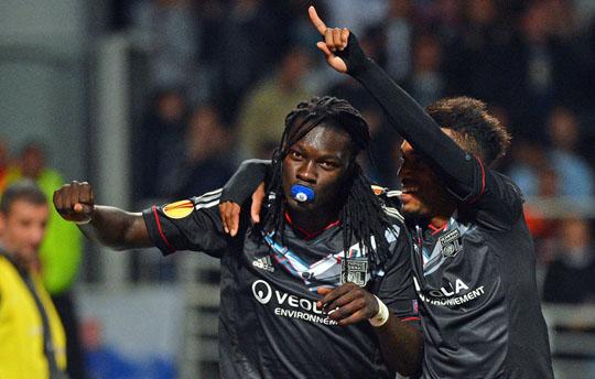 Футболисты Лиона празднуют гол в ворота Спарты
