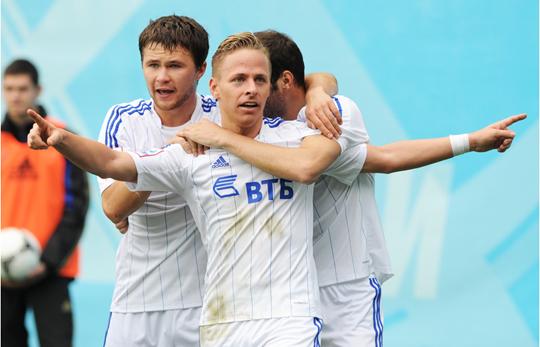 Футболисты Динамо празднуют гол в ворота ЦСКА