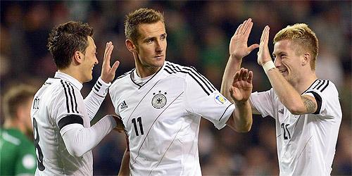 Футболисты сборной Германии празднуют гол в ворота Ирландии