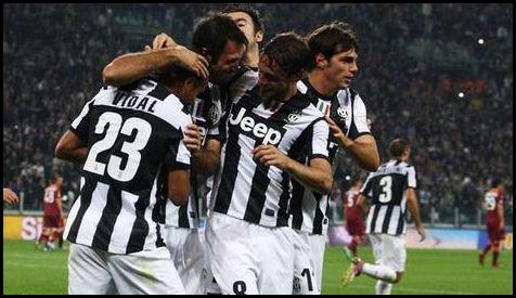 Футболисты Ювентуса празднуют гол в ворота Ромы