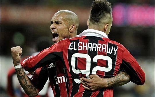 Футболисты Милана празднуют гол в ворота Дженоа