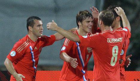 Футболисты сборной России празднуют гол в ворота Израиля