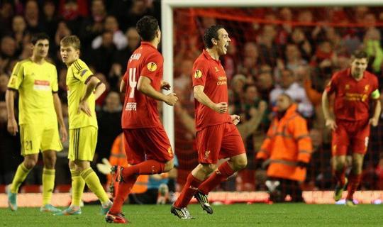 Футболисты Ливерпуля празднуют гол в ворота Анжи