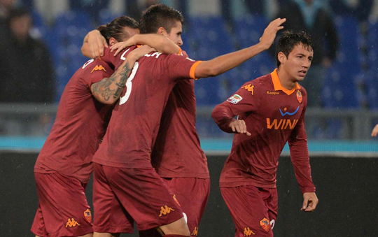 Футболисты Ромы празднуют гол в ворота Лацио