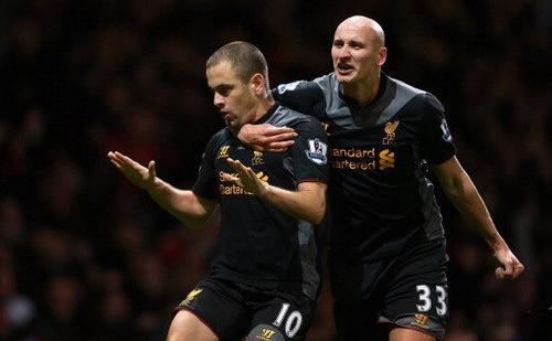 Джо Коул и Джонджо Шелви празднуют гол в ворота Вест Хэма.