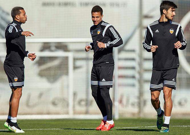 футболисты Валенсии на тренировке