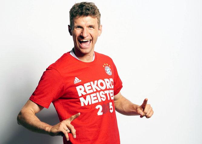 Томас Мюллер в чемпионской футболке