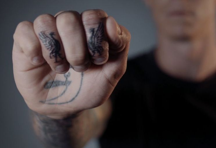 тату Ливерпуль на пальцах